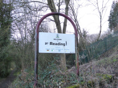 Sign on the Thames Path saying 'Welcome to Reading'