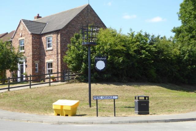 Fridaythorpe's beacon, next to a grit bin and a litter bin